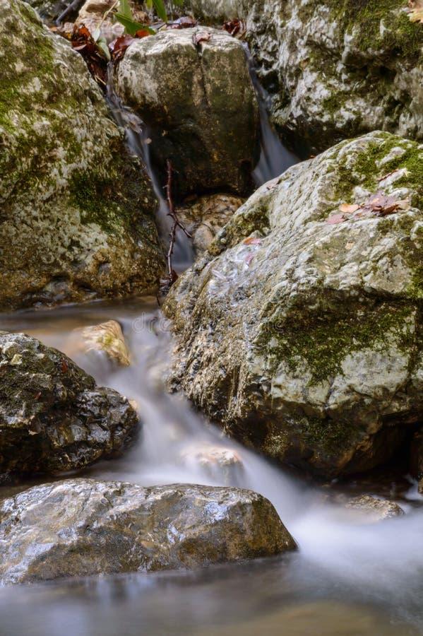 Rocce con acqua del movimento lento fotografia stock libera da diritti