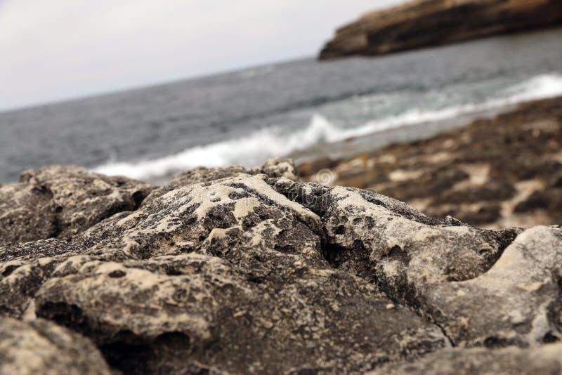 Rocce con il mare ed il paesaggio della montagna immagini stock