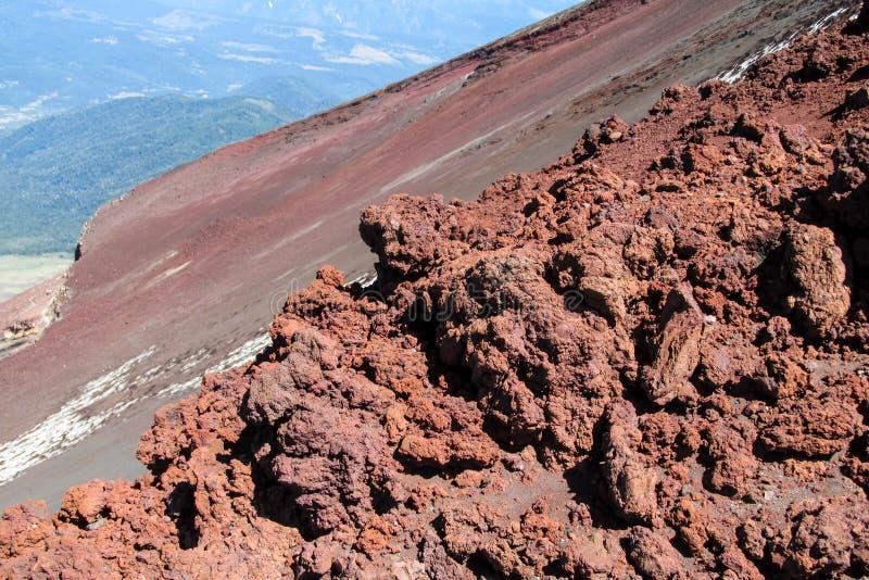 Rocce congelate rosse della lava del cratere vulcanico fotografia stock