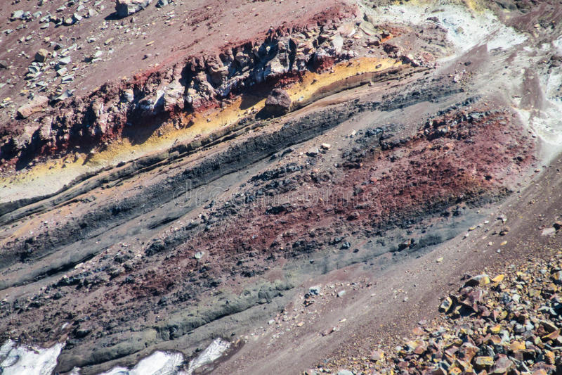 Rocce congelate rosse della lava del cratere vulcanico immagini stock