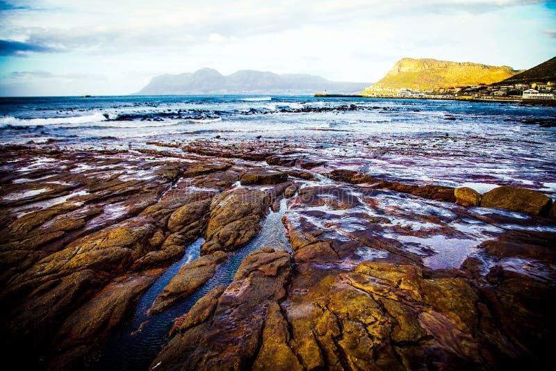 Rocce costiere che baluginano alla luce di alba immagine stock
