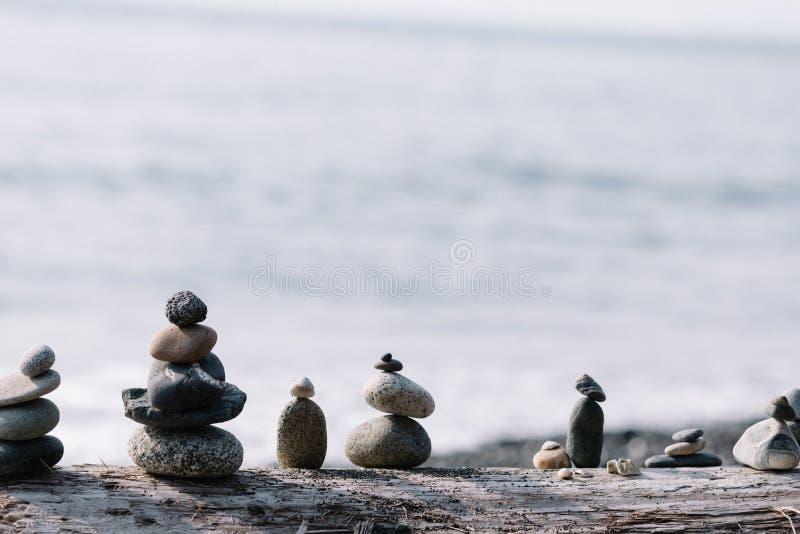 Rocce d'equilibratura su a vicenda alla spiaggia fotografia stock