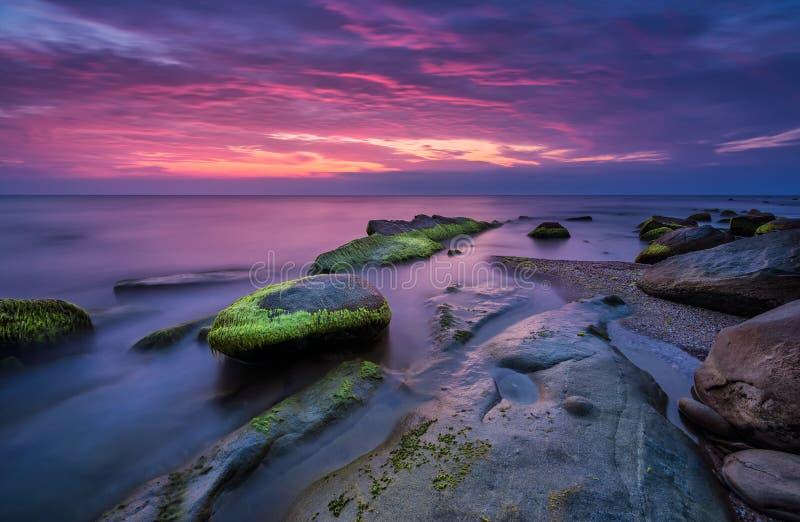 Rocce del mare ad alba fotografia stock libera da diritti