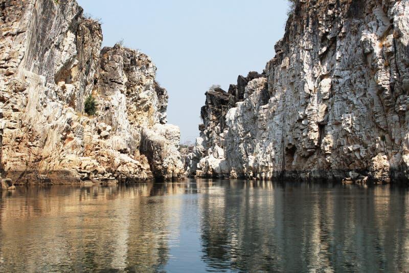 Rocce del marmo di Bhedaghat, Bhedaghat, Jubbulpore, India fotografia stock libera da diritti