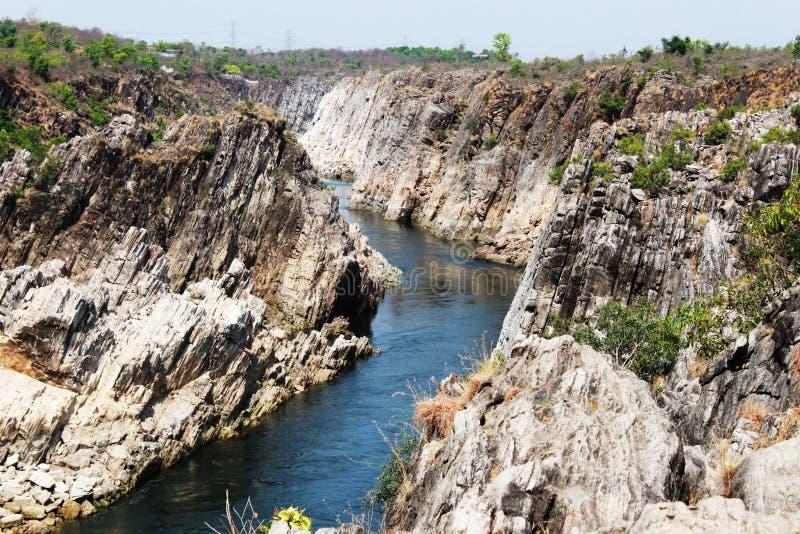 Rocce del marmo di Bhedaghat, Bhedaghat, Jubbulpore, India fotografie stock libere da diritti