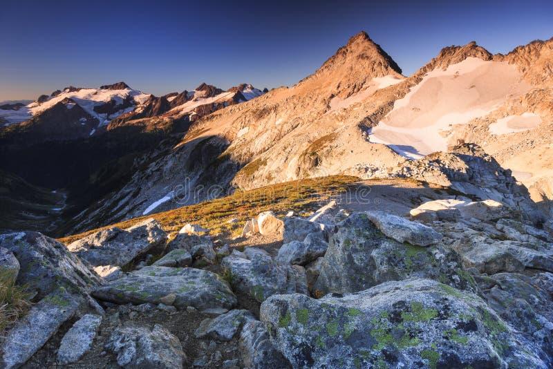 Rocce del picco e del fondo di Snowy fotografia stock