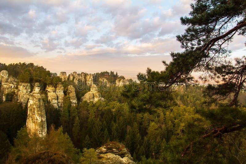 Rocce dell'arenaria nel paradiso della Boemia, hdr fotografia stock