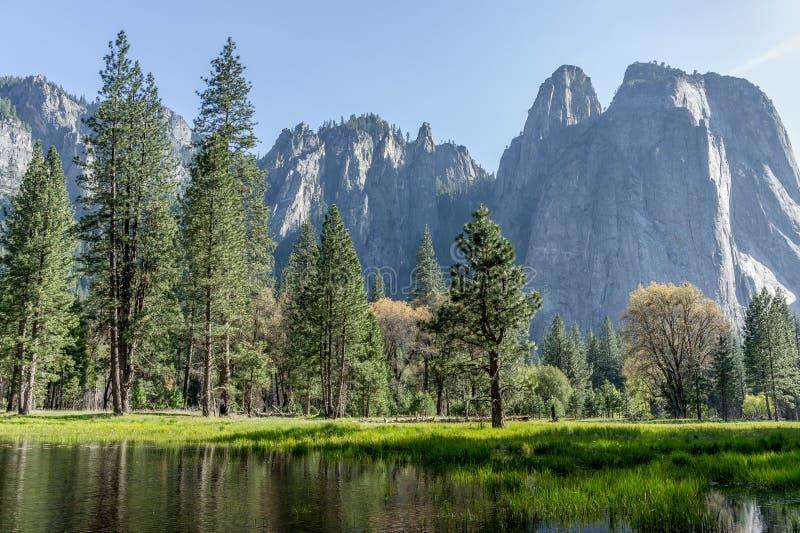 Rocce della cattedrale al parco nazionale di Yosemite, CA, U.S.A. immagine stock