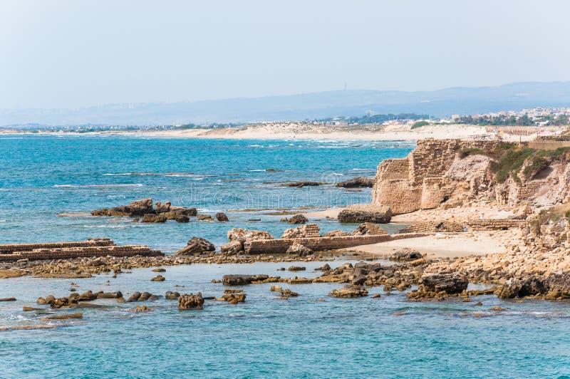 Rocce della costa di mar Mediterraneo vicino a Cesarea, città antica in Israele fotografia stock