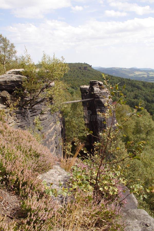 Rocce della montagna con la piccola plancia fotografia stock