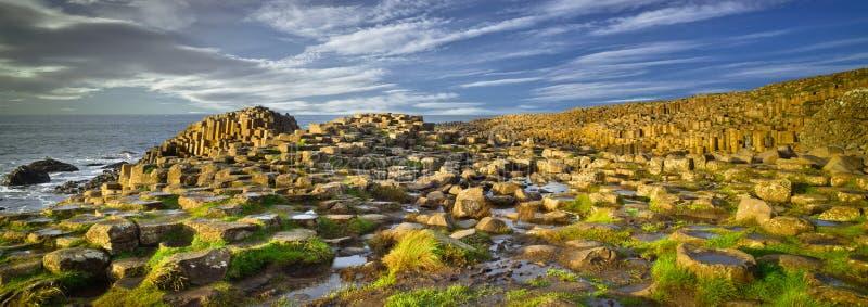 Rocce della strada soprelevata di Giants ed oceano, Irlanda del Nord, Regno Unito fotografia stock libera da diritti