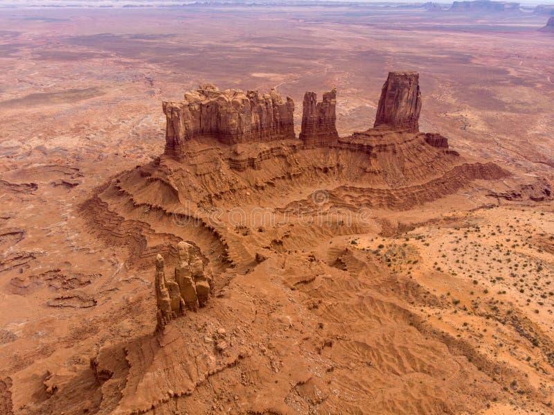 Rocce della valle del monumento nel deserto dell'Arizona Siluetta dell'uomo Cowering di affari fotografia stock