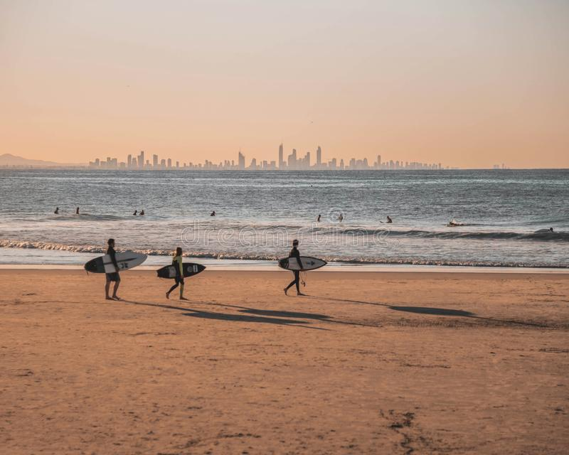 Rocce dello snapper di Coolangatta che praticano il surfing fotografie stock libere da diritti