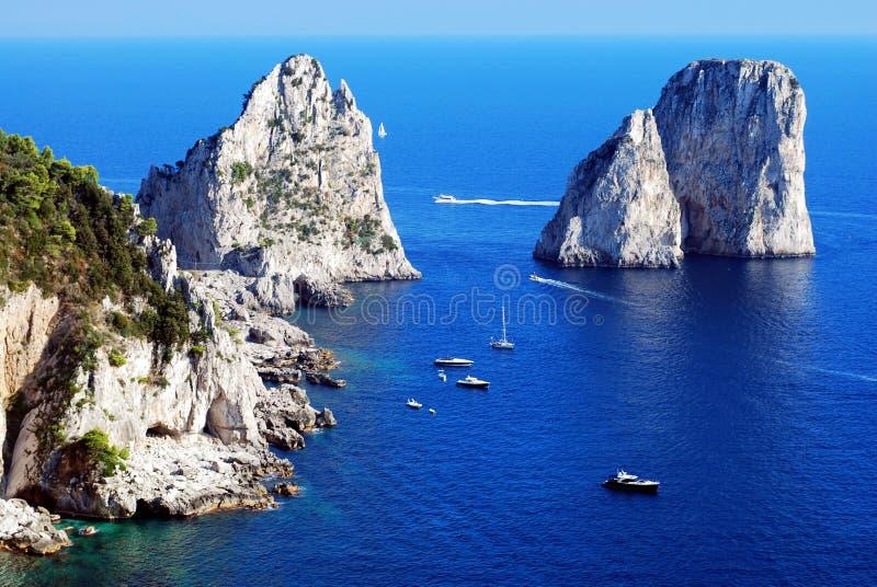 Rocce di Faraglioni all'isola di Capri fotografie stock libere da diritti