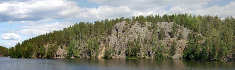 Rocce di panorama sul lago Yastrebinoe, Carelia fotografie stock