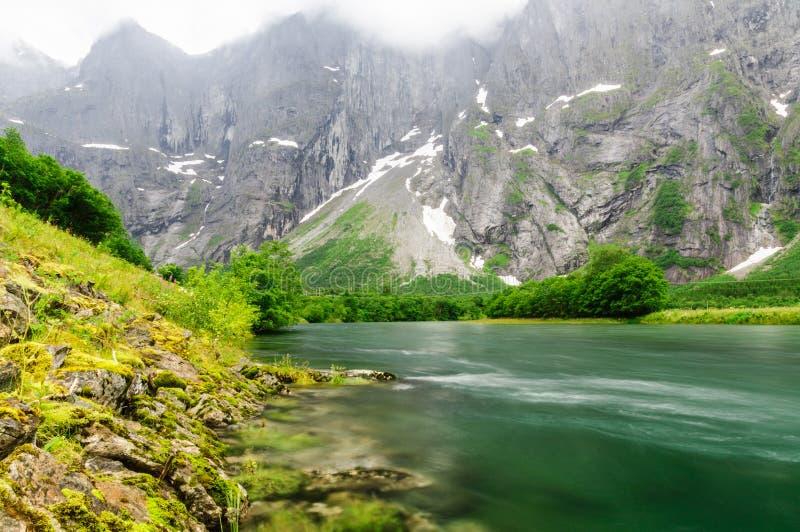Rocce di parete vicine di Troll del fiume di Rauma (Trollveggen) immagini stock
