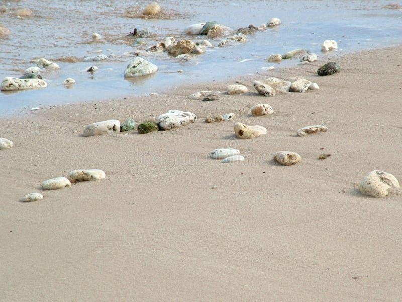Rocce e coperture sulla spiaggia immagine stock