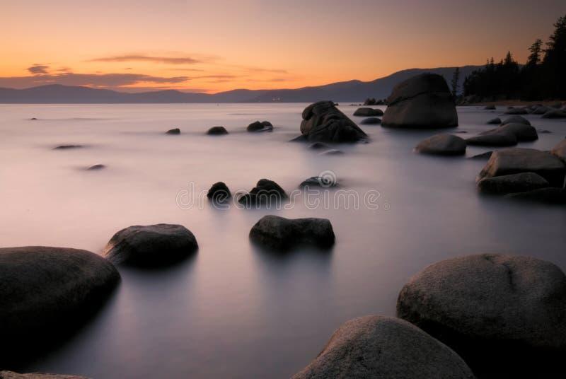 Rocce e litorale del Lake Tahoe al tramonto immagini stock