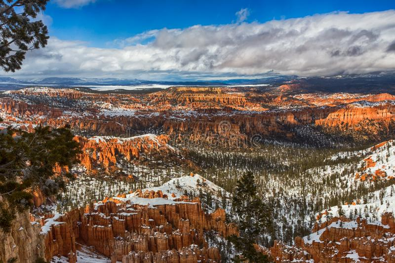 Rocce e neve rosse in Bryce Canyon National Park, Utah fotografia stock