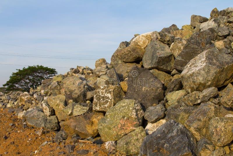 Rocce ed alberi del mucchio fotografia stock
