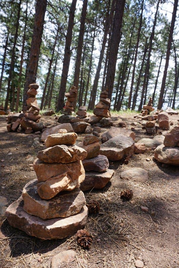 Rocce impilate in foresta fotografia stock