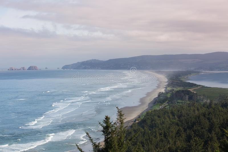 Rocce incurvate al rifugio di Meares del capo nell'Oregon immagine stock