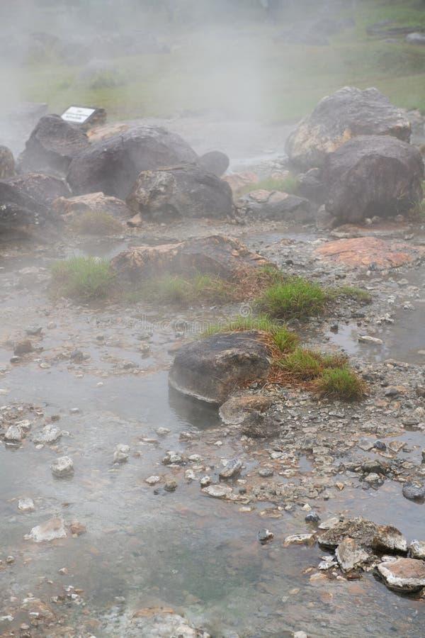 Rocce intorno alle sorgenti di acqua calda fotografie stock