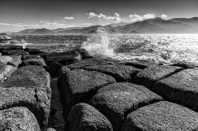 Rocce, mare e moutains immagine stock libera da diritti