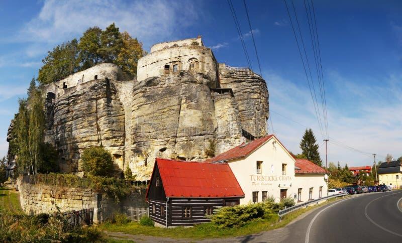 Rocce medievali romantiche dell'arenaria del castello fotografia stock