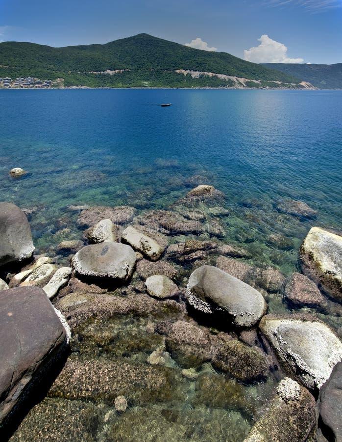 Rocce, montagna, vista di oceano fotografia stock
