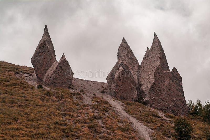Rocce naturali della montagna del paesaggio, pendii di Caucaso Tema per progettazione del contesto di viaggio Caucaso del nord, R fotografia stock libera da diritti