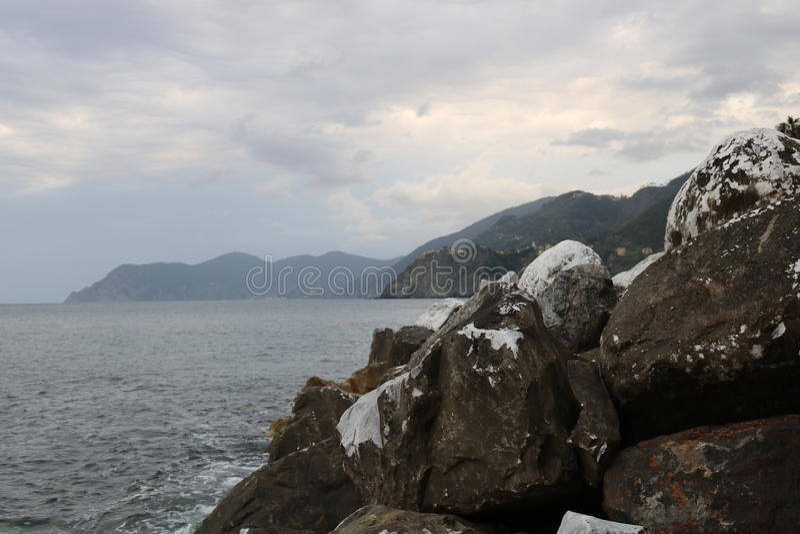 Rocce nell'oceano fotografia stock libera da diritti