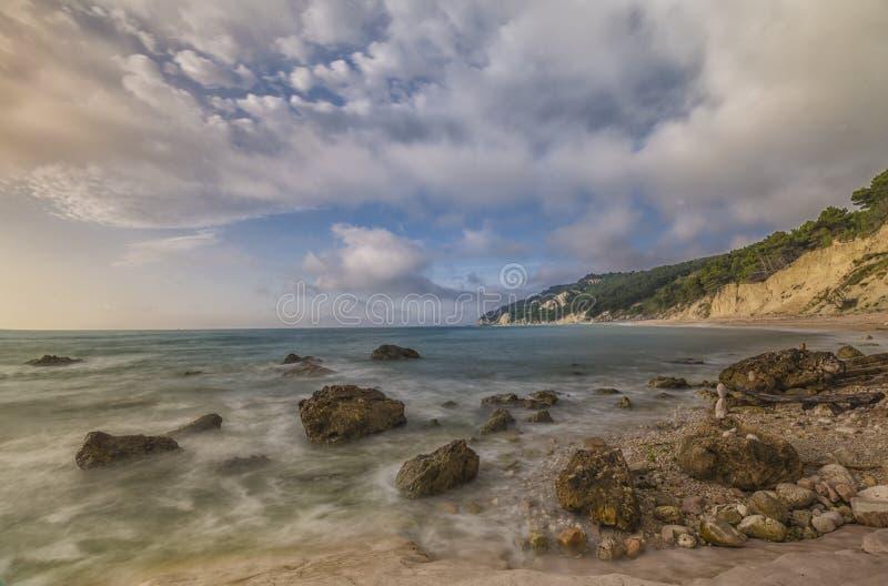 Download Rocce Nere Plaża Przy Wschodem Słońca, Conero NP, Marche, Włochy Obraz Stock - Obraz złożonej z wiatr, sunrise: 53792121