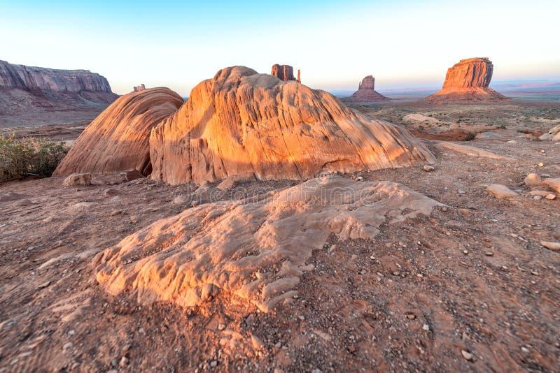 Rocce rosse della valle del monumento un chiaro giorno di estate immagine stock libera da diritti