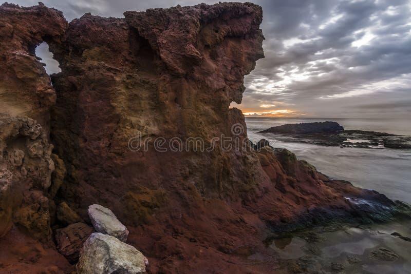 Rocce rosse Mar Mediterraneo immagine stock