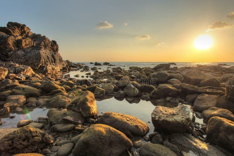 Rocce rotonde e ciottoli scoperti nella bassa marea immagini stock libere da diritti