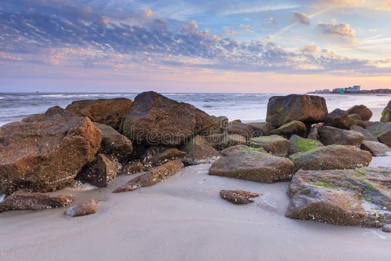 Rocce sulla spiaggia Carolina del Sud di follia fotografia stock libera da diritti