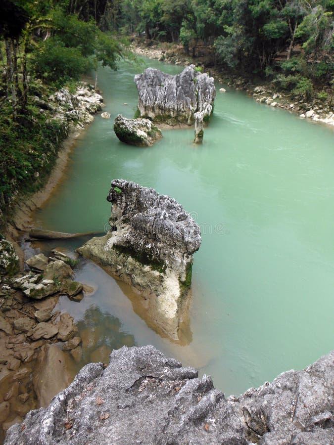 Rocce taglienti nel fiume di Cahabon a Semuc Champey fotografie stock