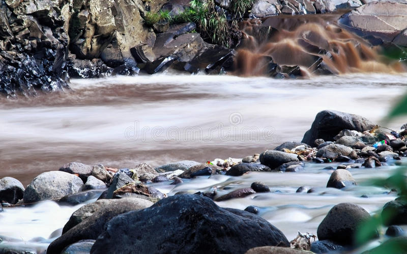 Roccia accanto al fiume immagini stock