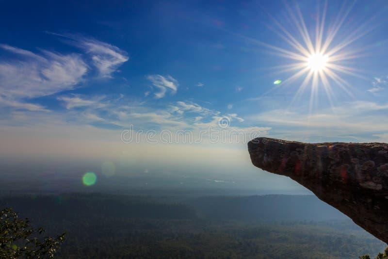 Roccia al cielo della luce di giorno fotografie stock libere da diritti