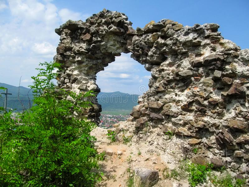 Roccia artificiale fatta dalle pietre con un foro rotondo, attraverso di cui potete vedere il paesaggio della vista di stupore di immagini stock libere da diritti