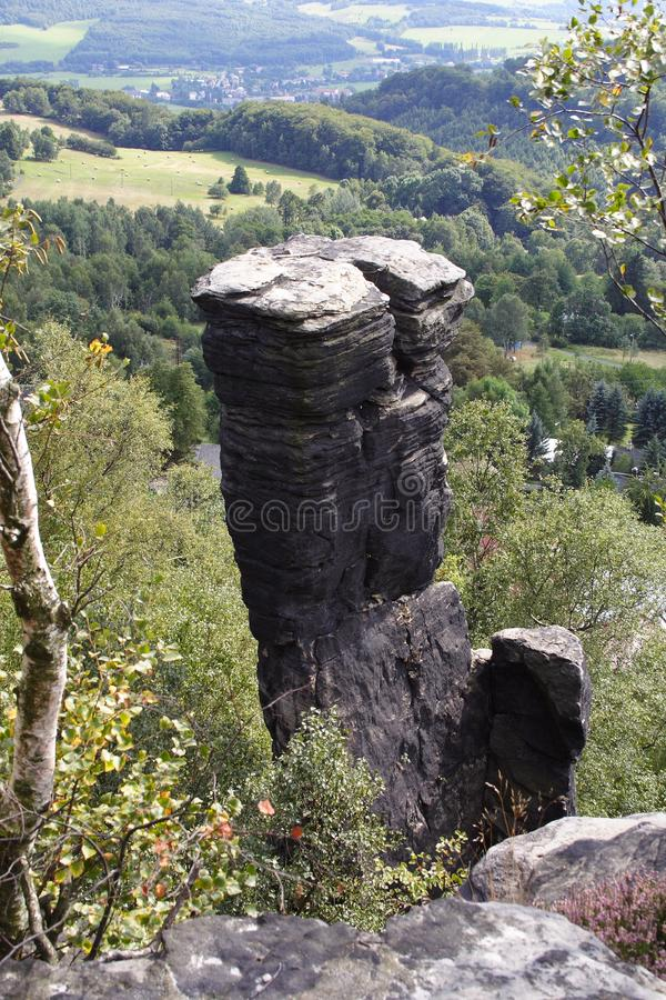 Roccia che sta sulla cima della collina fotografia stock