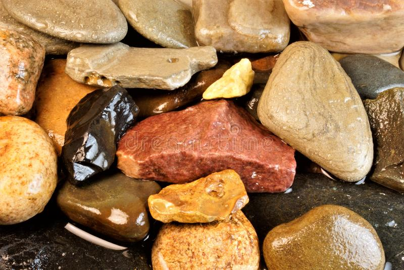 Roccia compatta delle pietre naturali in acqua fotografia stock
