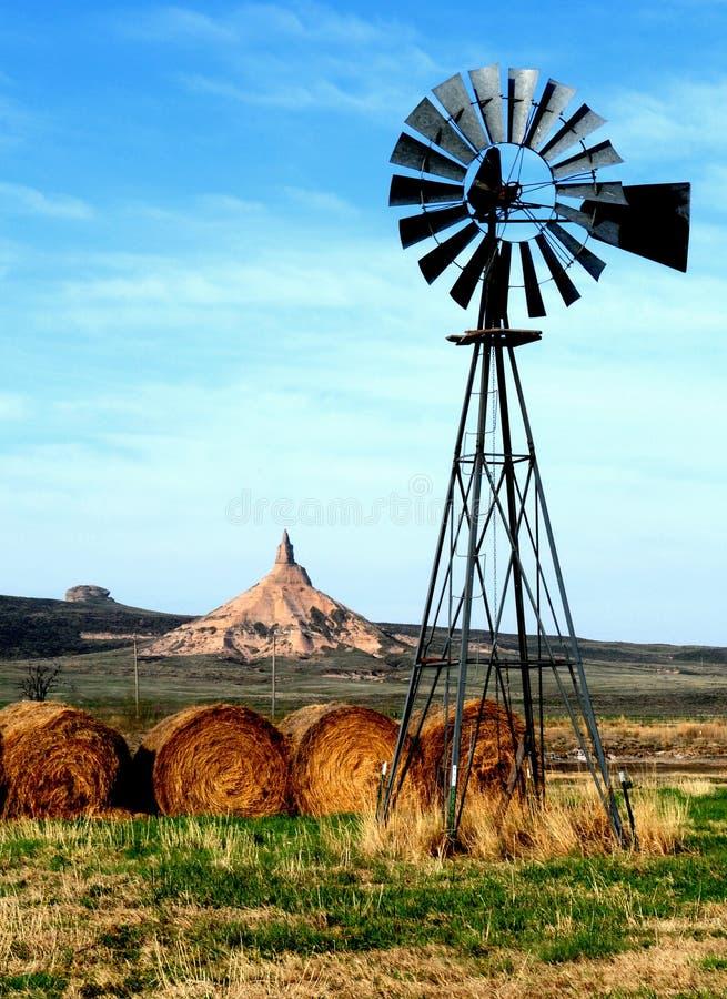 Roccia del camino, con il mulino a vento fotografia stock