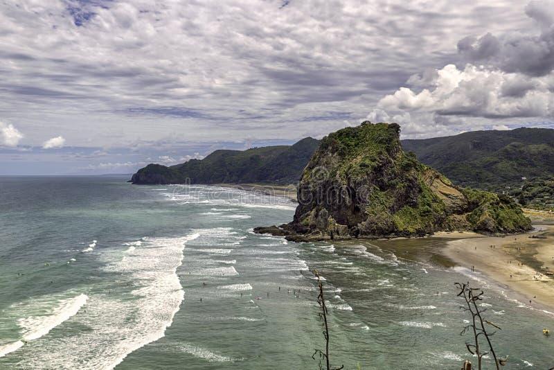 Roccia del leone alla spiaggia di Piha, costa ovest di Auckland, Nuova Zelanda immagine stock libera da diritti