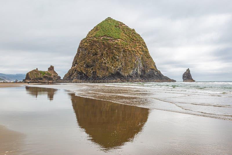 Roccia del mucchio di fieno, spiaggia del cannone immagini stock libere da diritti