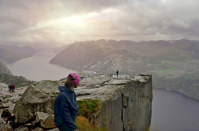 Roccia del quadro di comando o di Cliff Preikestolen al fiordo Lysefjord - Norvegia - fondo di viaggio e della natura fotografia stock libera da diritti
