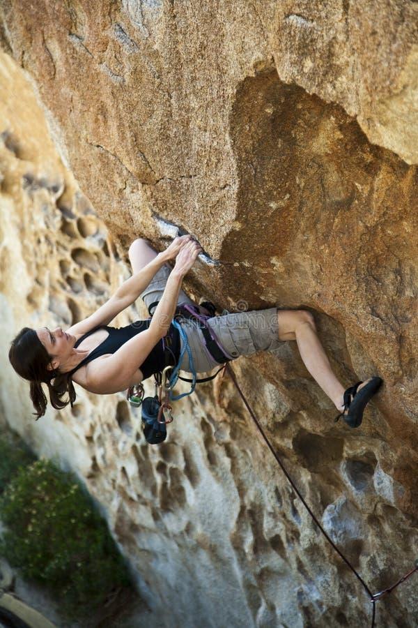 roccia della femmina dello scalatore immagini stock