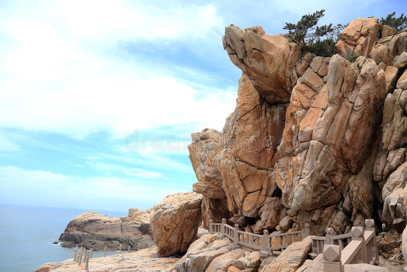 Roccia della scogliera nella costa dell'isola di meizhou immagini stock