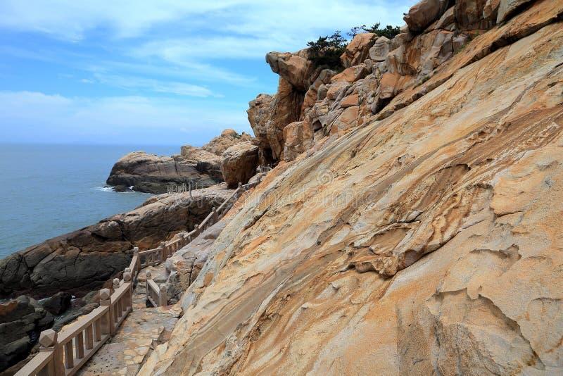 Roccia della scogliera nella costa dell'isola di meizhou fotografia stock